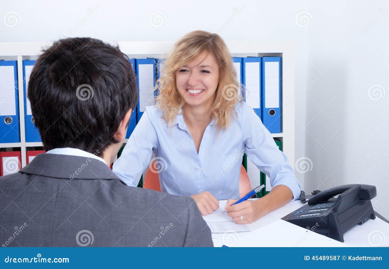 可爱的女实业家讲话与客户