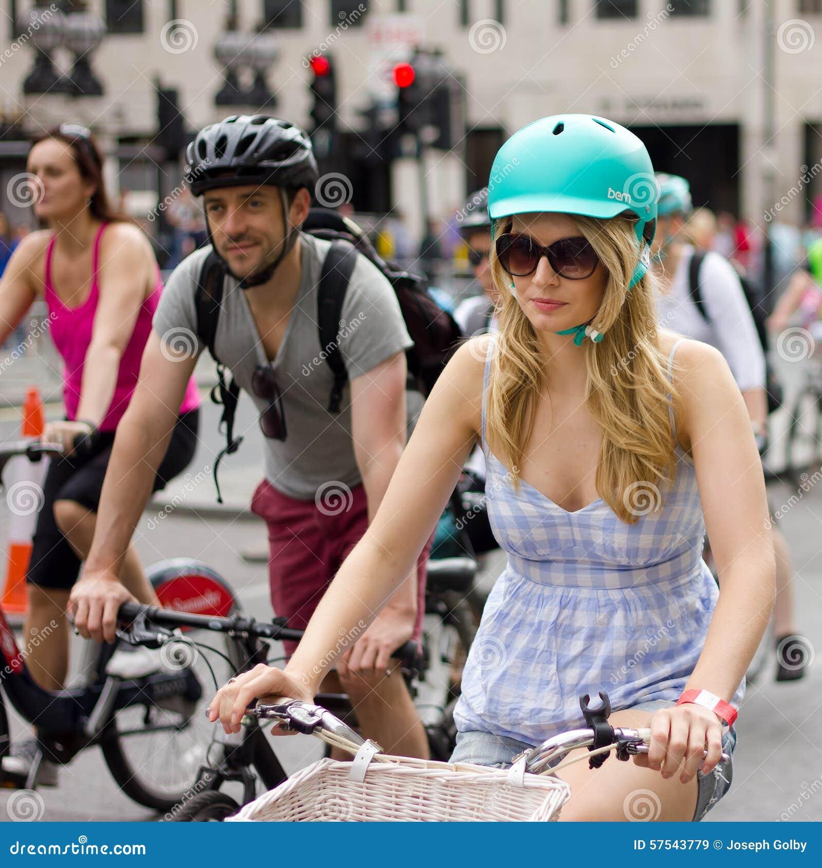 可爱的女性骑自行车者- RideLondon循环的事件,伦敦2015年