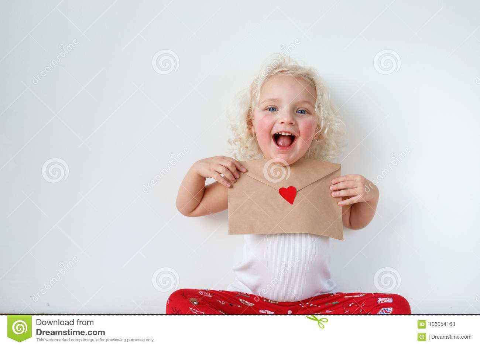 可爱的小孩子画象有快乐的表示,拿着信件给圣诞老人,希望她的梦想实现