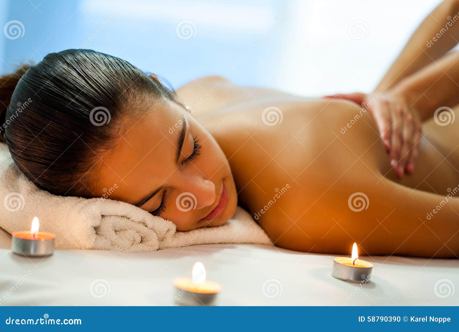 少妇裸体泡汤�9�b���_关闭可爱的少妇画象有松弛身体温泉治疗在昏暗的蜡烛光 按摩的治疗师