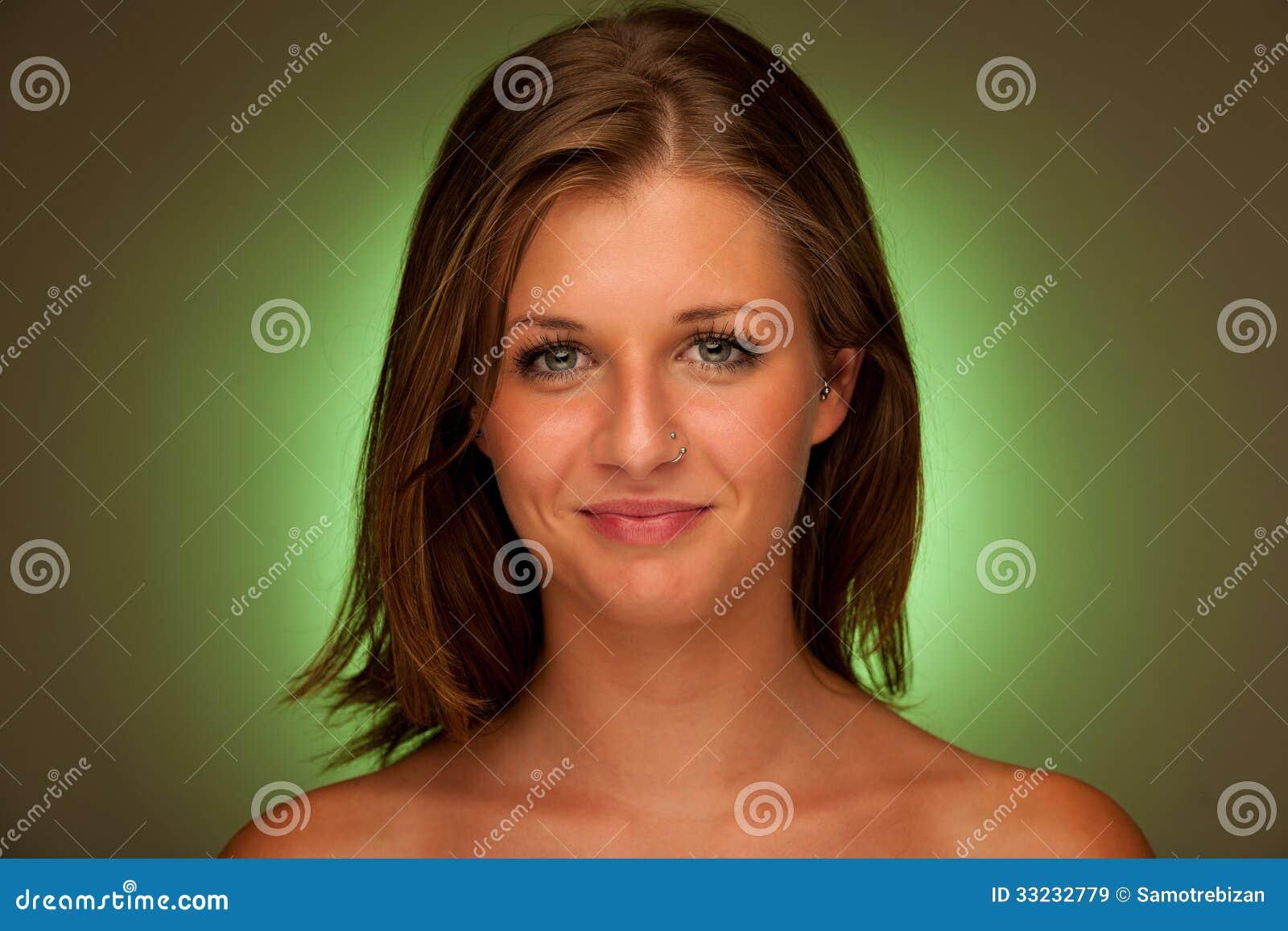 可爱的少妇秀丽画象有绿色气氛的
