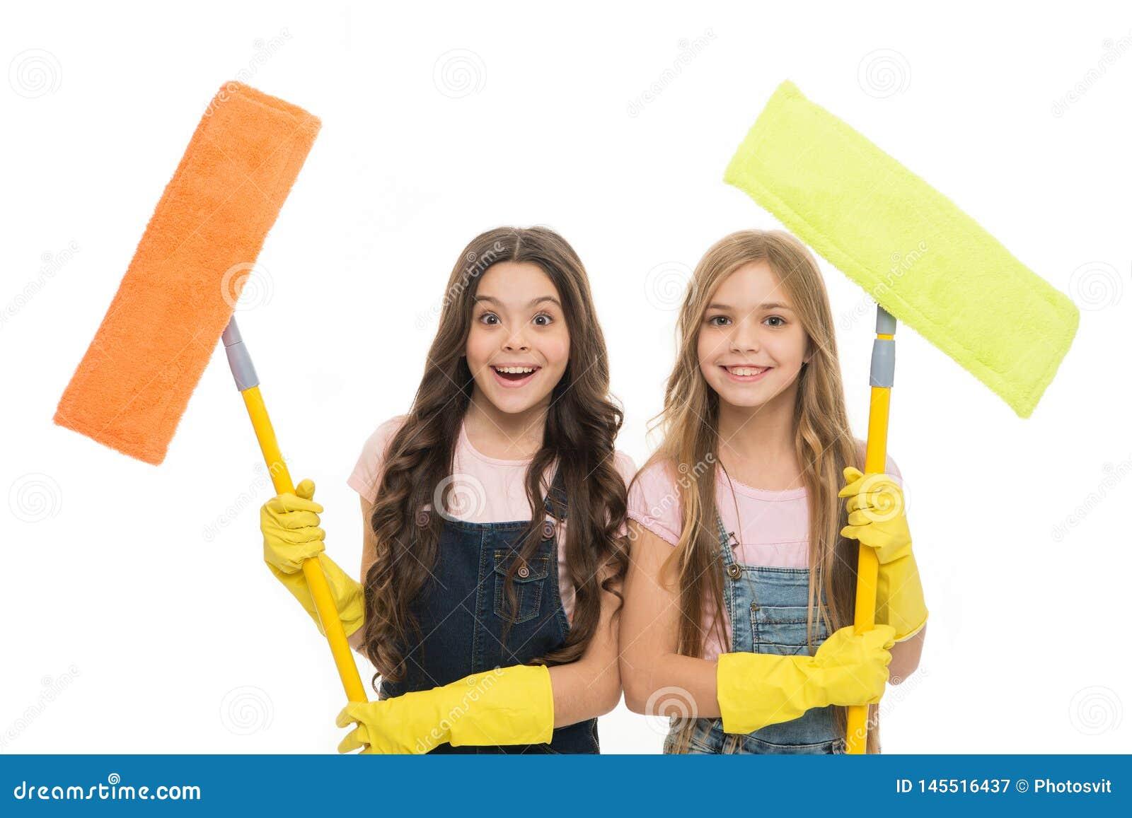 可爱的干净的畸形人 拿着清洗的地板的逗人喜爱的女孩拖把 小清洁女工 一点与现代的擦净剂