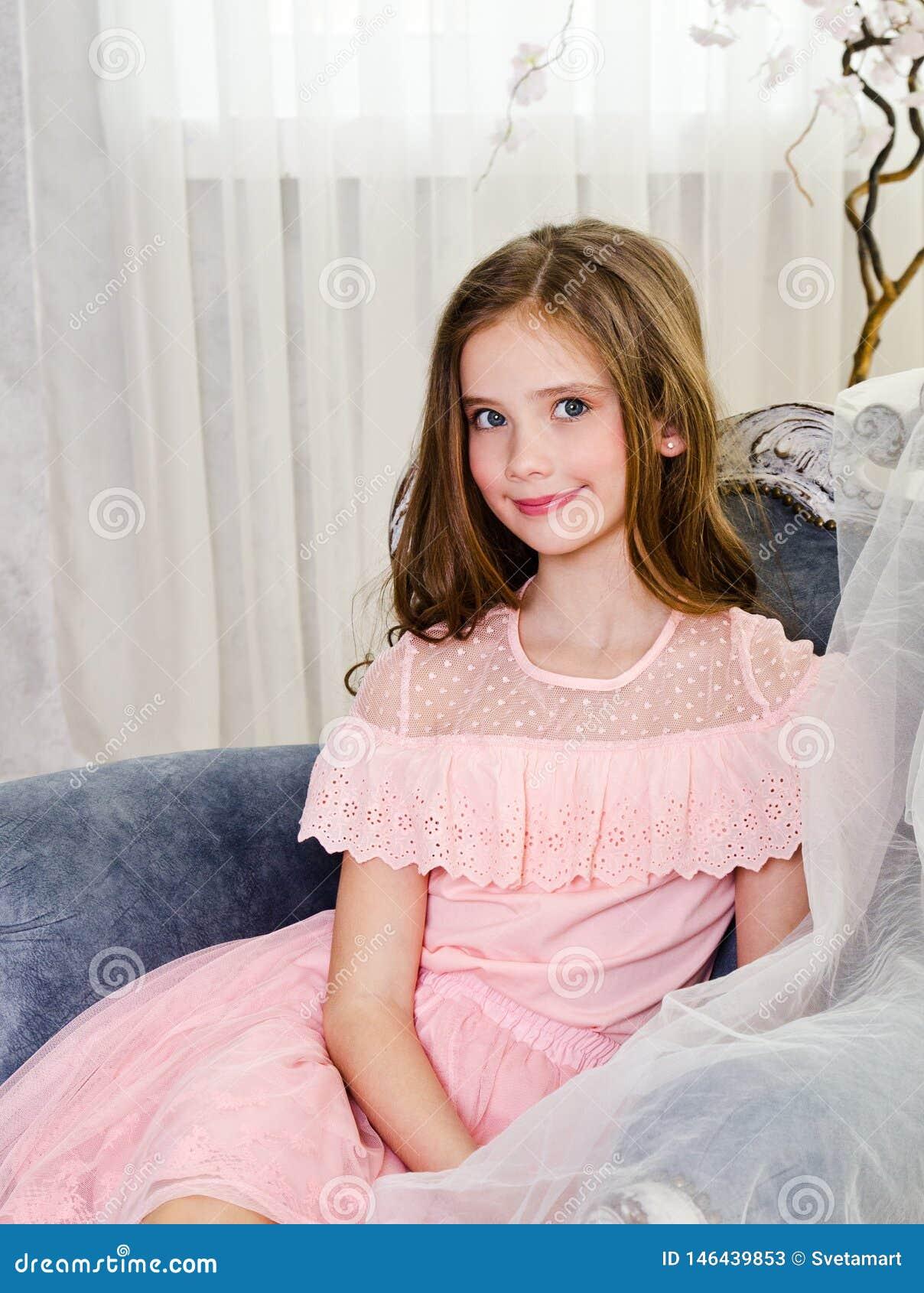 可爱的微笑的女孩孩子画象公主礼服的