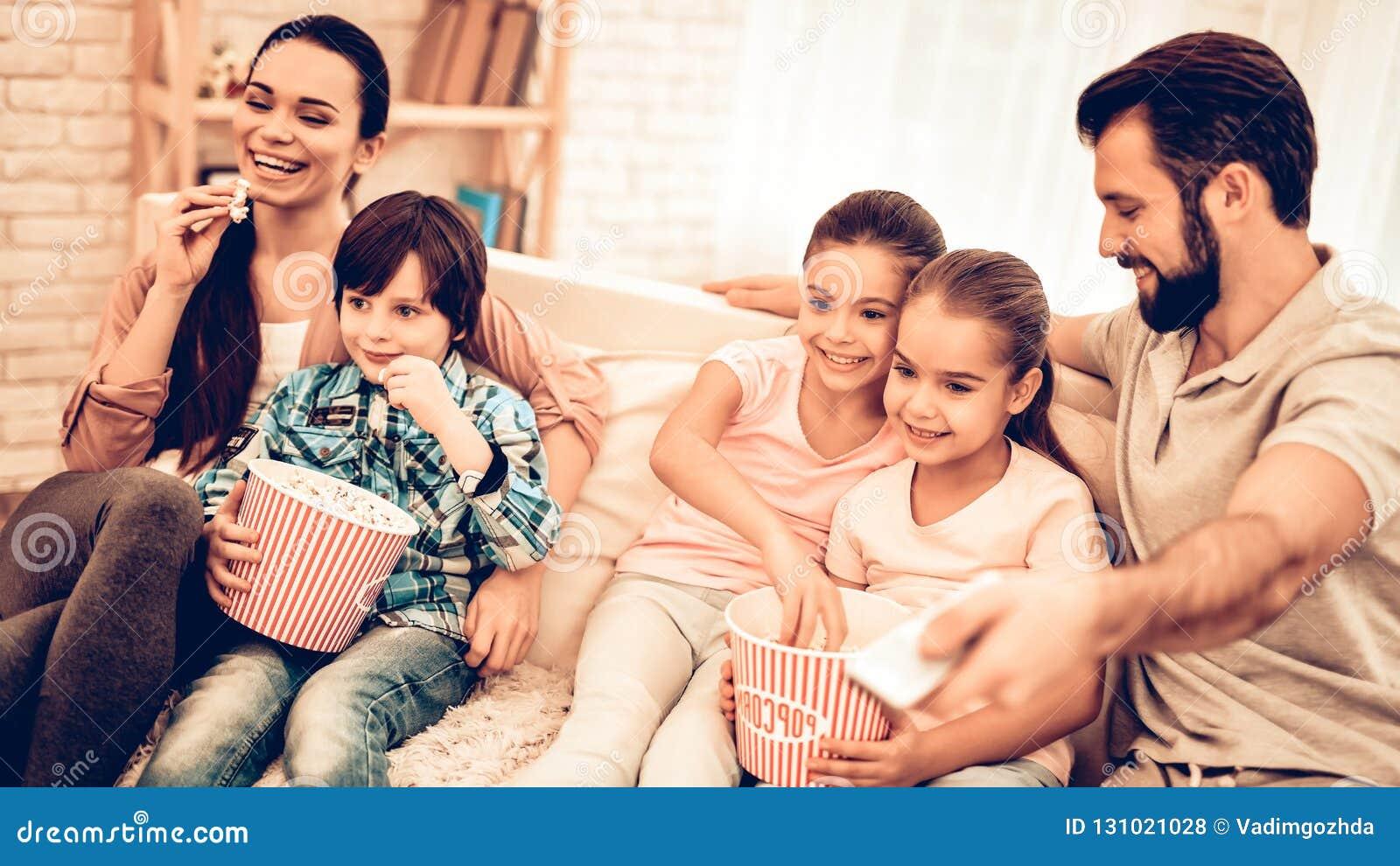 可爱的快乐的家庭电影在家