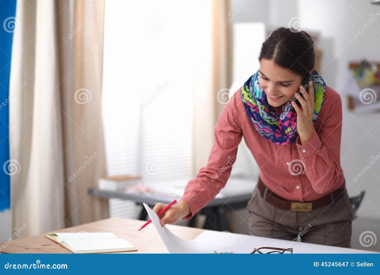 可爱的设计员方式女性运作的年轻人