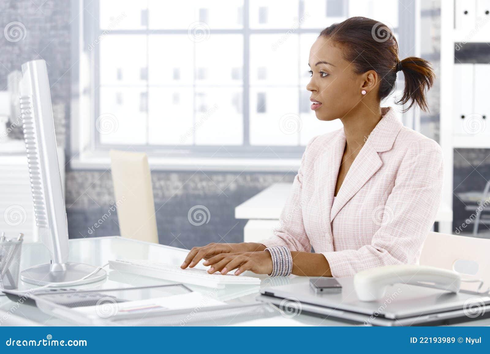 可爱的非洲的女实业家在工作