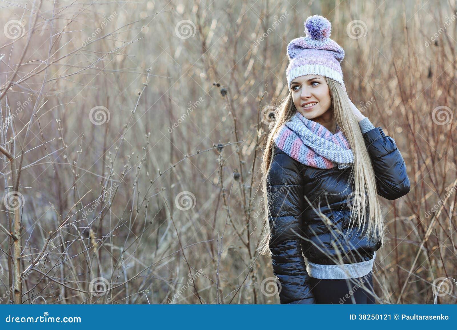 可爱的年轻白肤金发的女孩画象