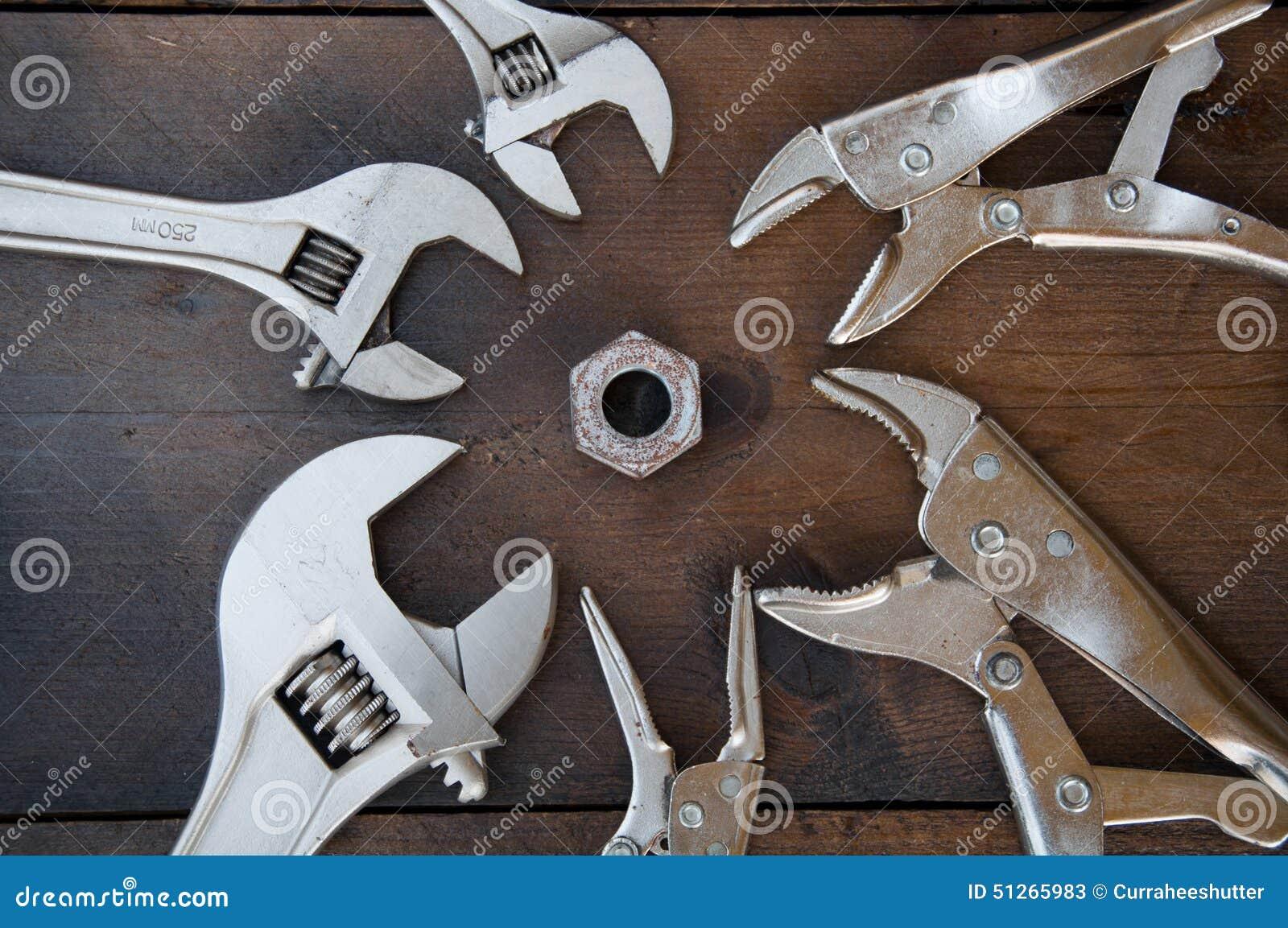 可调扳手或开脚板手和锁的钳子在木背景,准备基本的手工具为工作