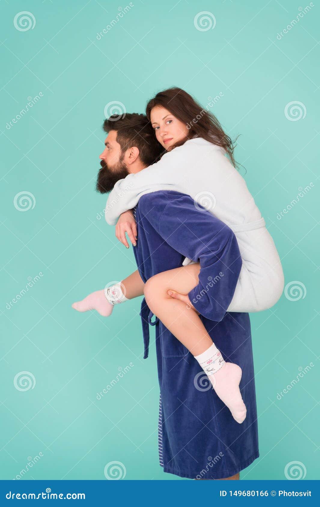 可靠的支持 扛在肩上美女的英俊的年轻人 结合在获得的浴巾乐趣 信任和支持