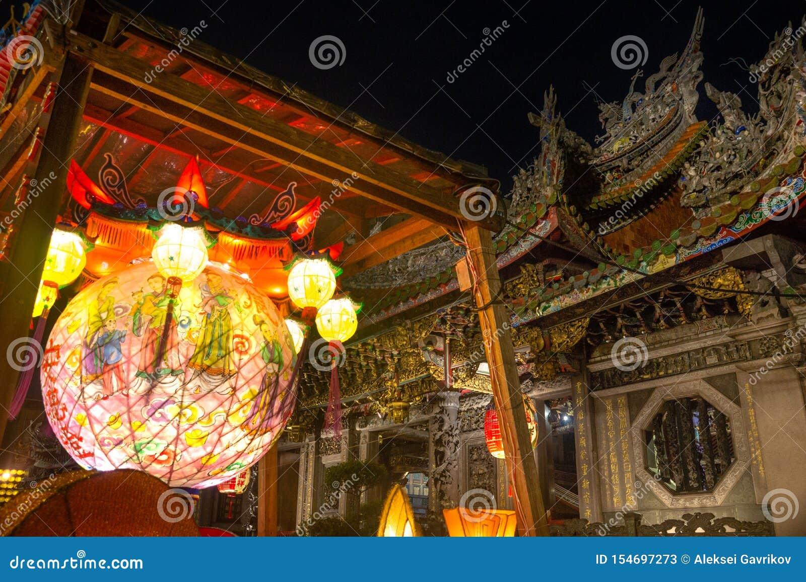台北/台湾25 03 2018年:在Baoan寺庙的光在台北