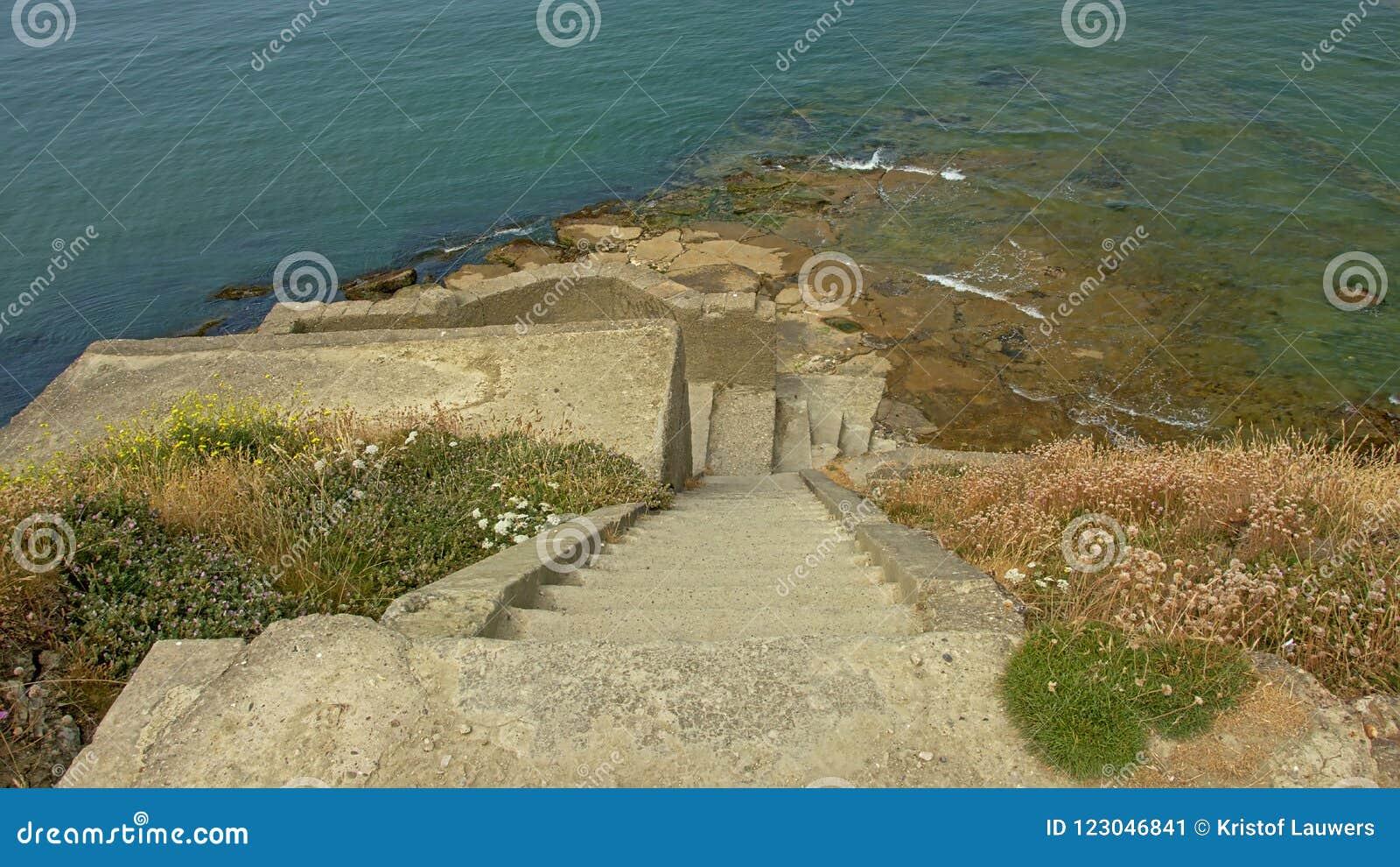 台阶做往一个军用平台的废墟在北海的沿岸航行