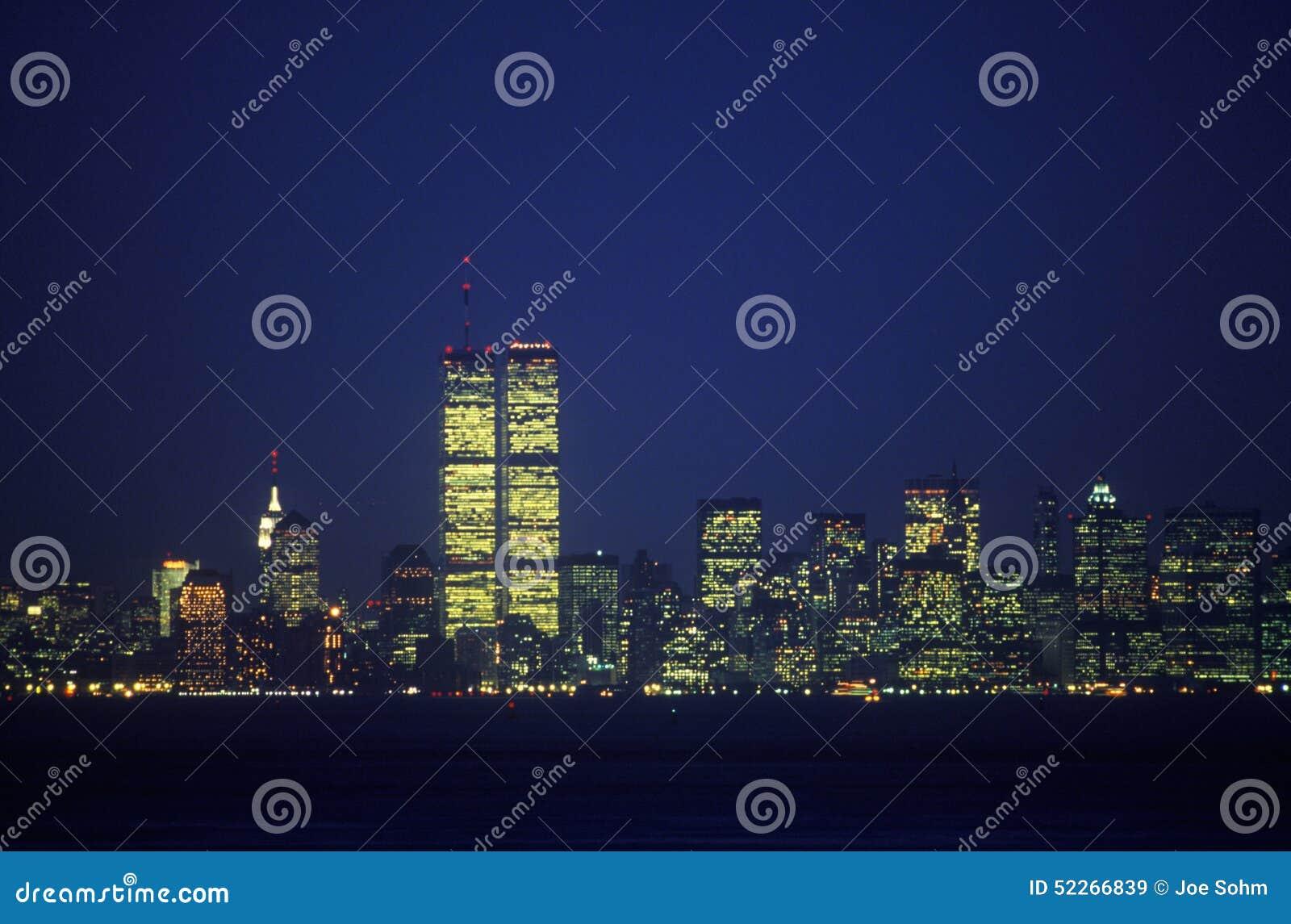 从史泰登岛在晚上,纽约, NY的曼哈顿地平线