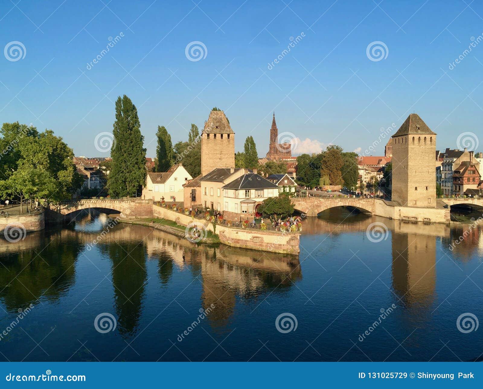 史特拉斯堡从城市的湖的在一个天空蔚蓝夏日,法国