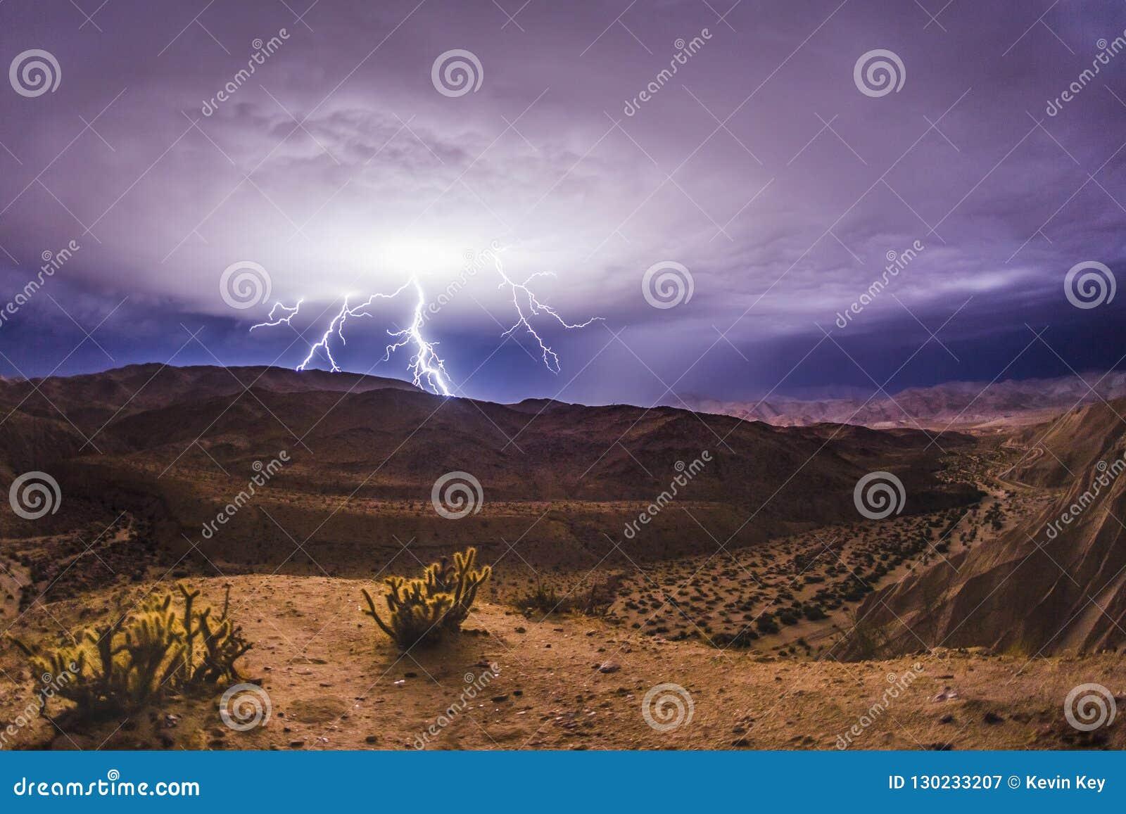 史诗闪电和雷暴在加利福尼亚南部沙漠