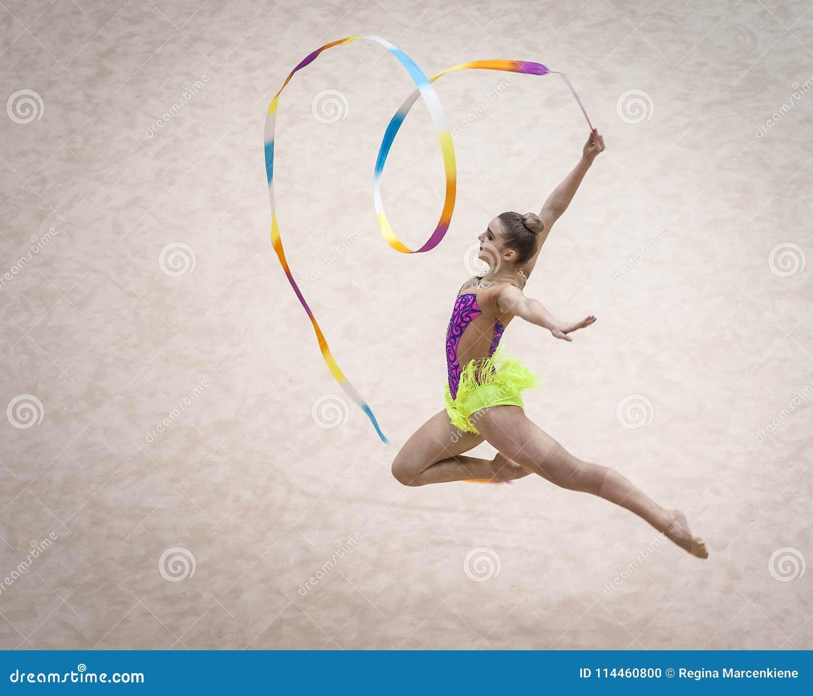 叶尔加瓦,拉脱维亚- 2018年4月8日:节奏体操拉脱维亚冠军在叶尔加瓦 上涨 心脏丝带雕塑