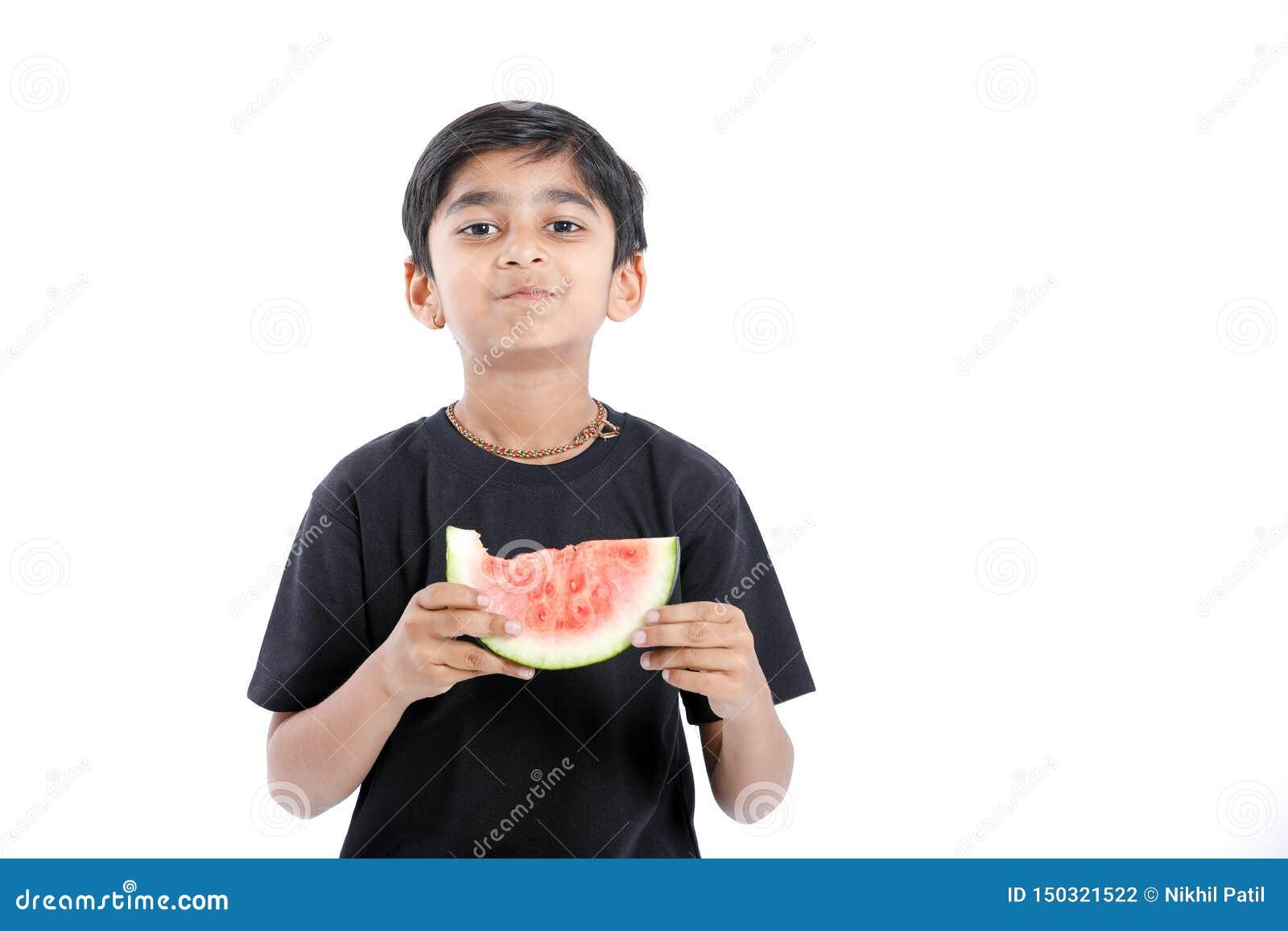 吃与多个表示的小印度男孩西瓜