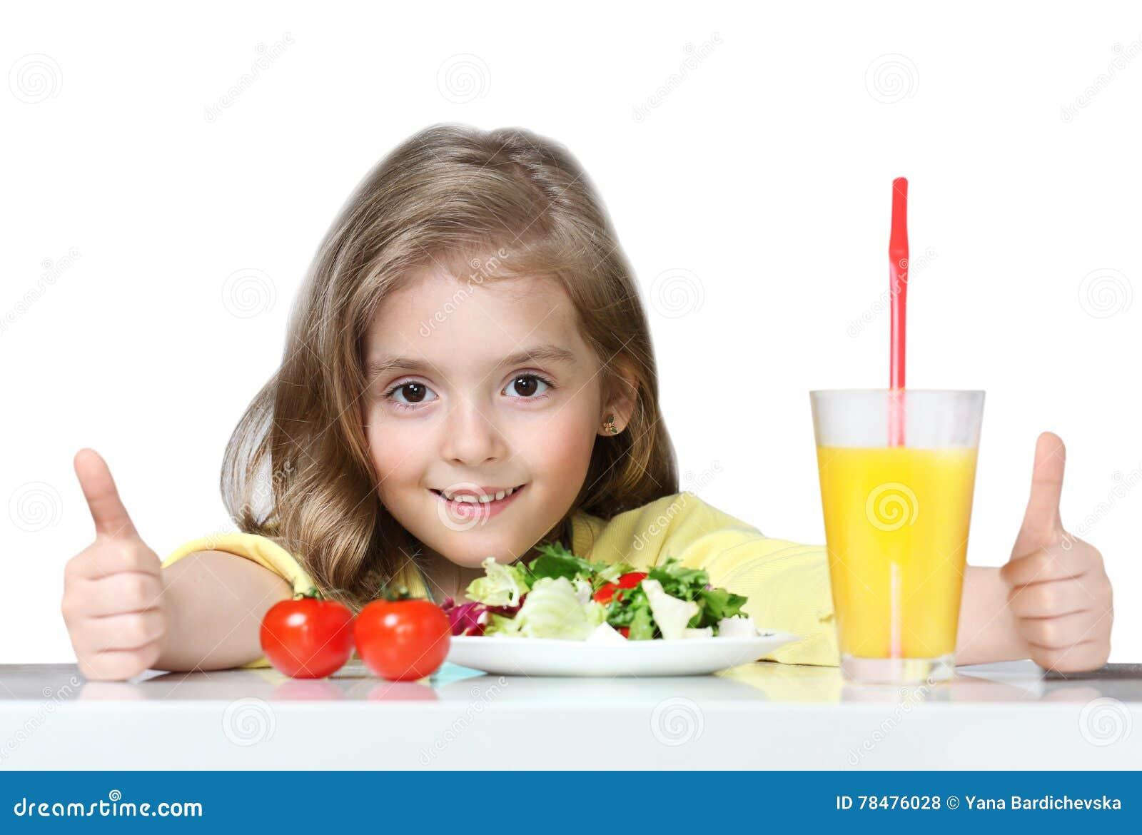 吃健康菜食物的孩子隔绝在白色