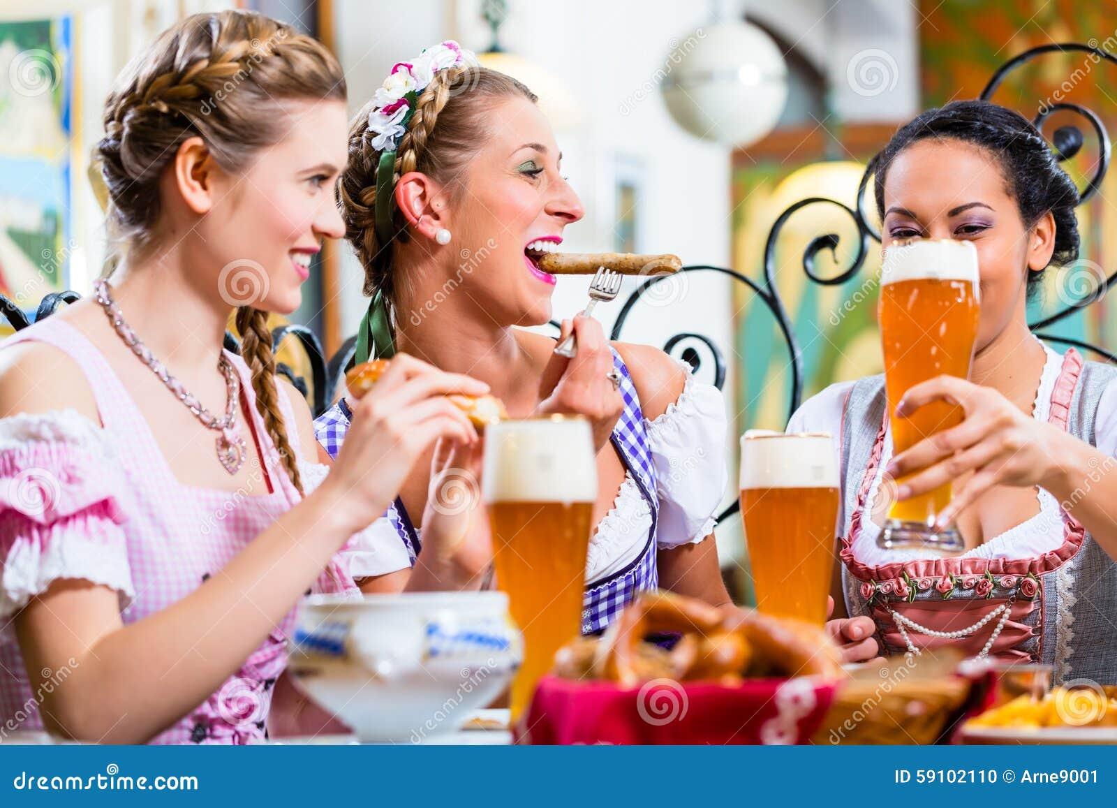 吃午餐的妇女在巴法力亚餐馆
