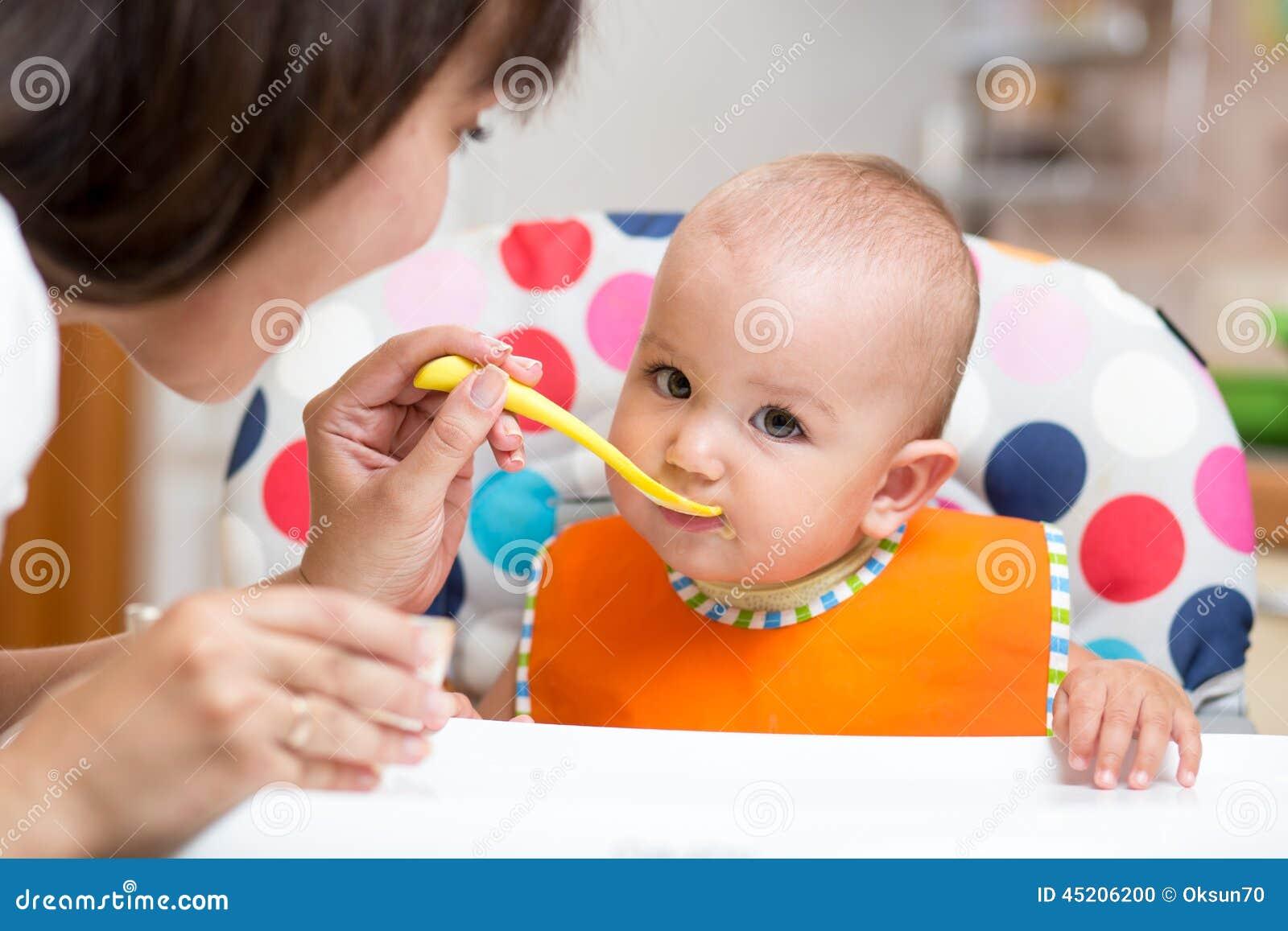 吃在厨房的婴孩健康食物