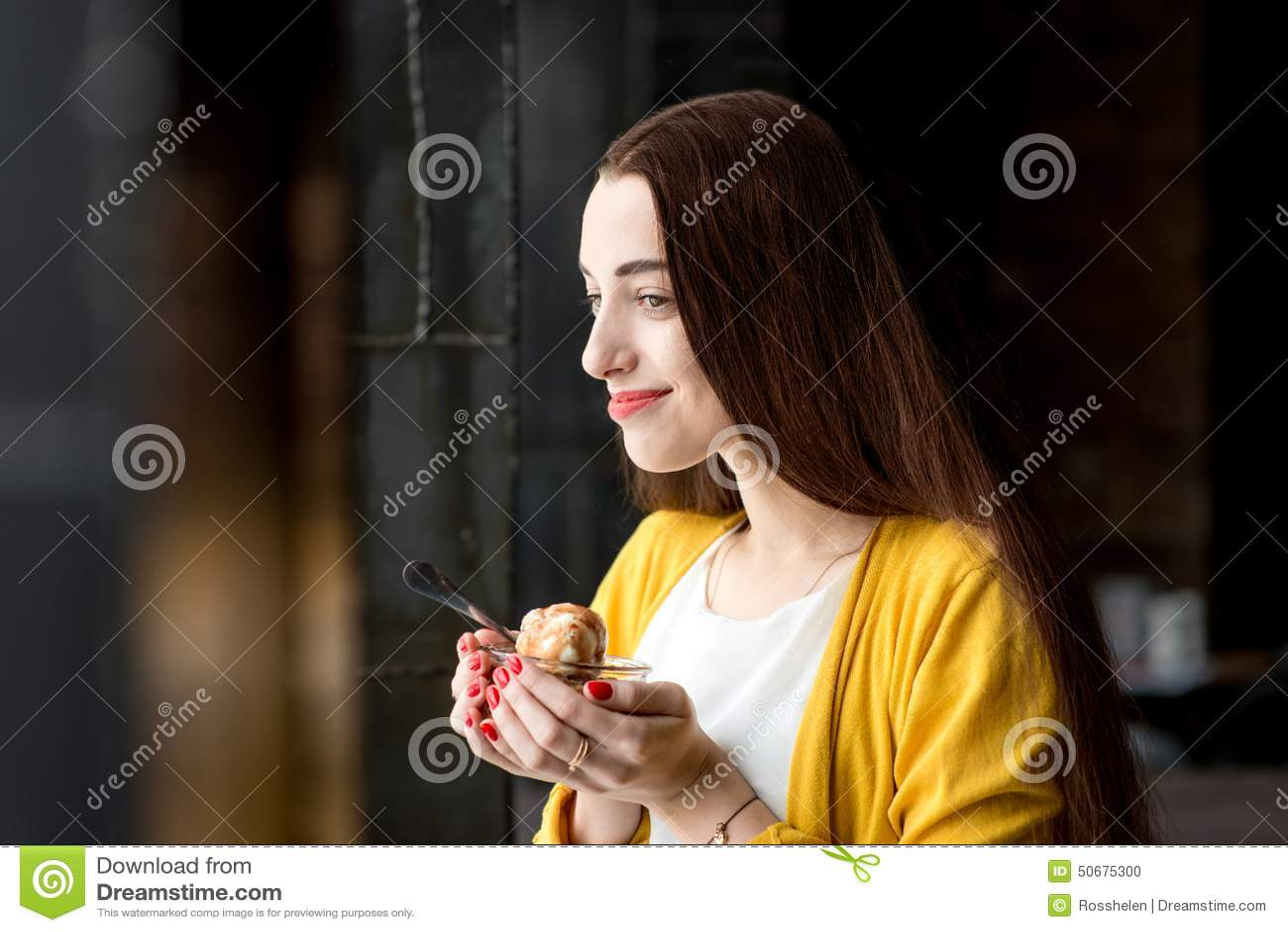 Download 吃在咖啡馆的妇女冰淇凌 库存照片. 图片 包括有 套头衫, 办公室, 咖啡馆, 毛线衣, 成人, 创造性 - 50675300