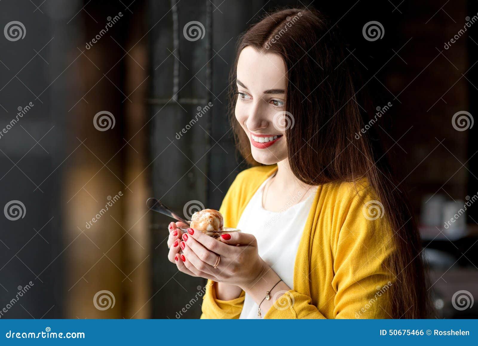 Download 吃在咖啡馆的妇女冰淇凌 库存照片. 图片 包括有 投反对票, 成人, 咖啡馆, 人们, 黑暗, 夫人, 有吸引力的 - 50675466
