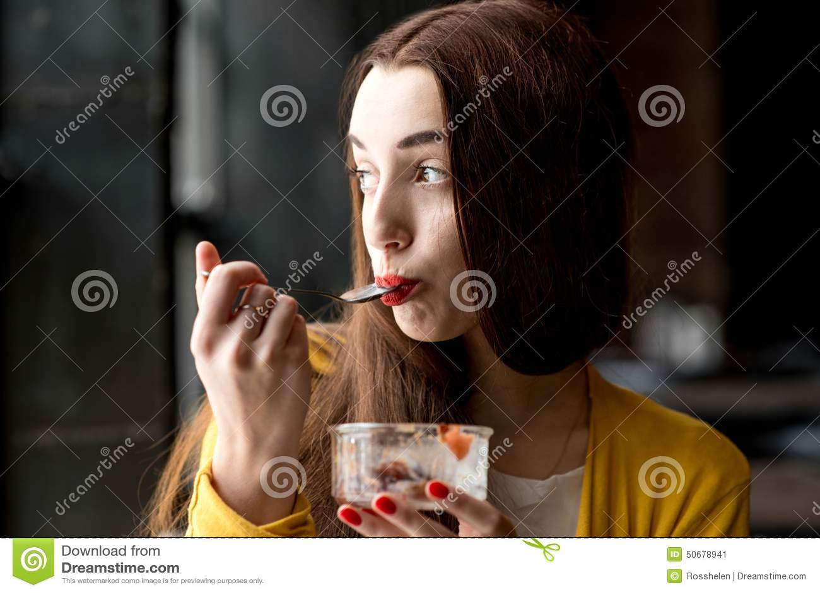 Download 吃在咖啡馆的妇女冰淇凌 库存图片. 图片 包括有 热心, 愉快, 点心, 成人, 套头衫, 食物, 人员 - 50678941