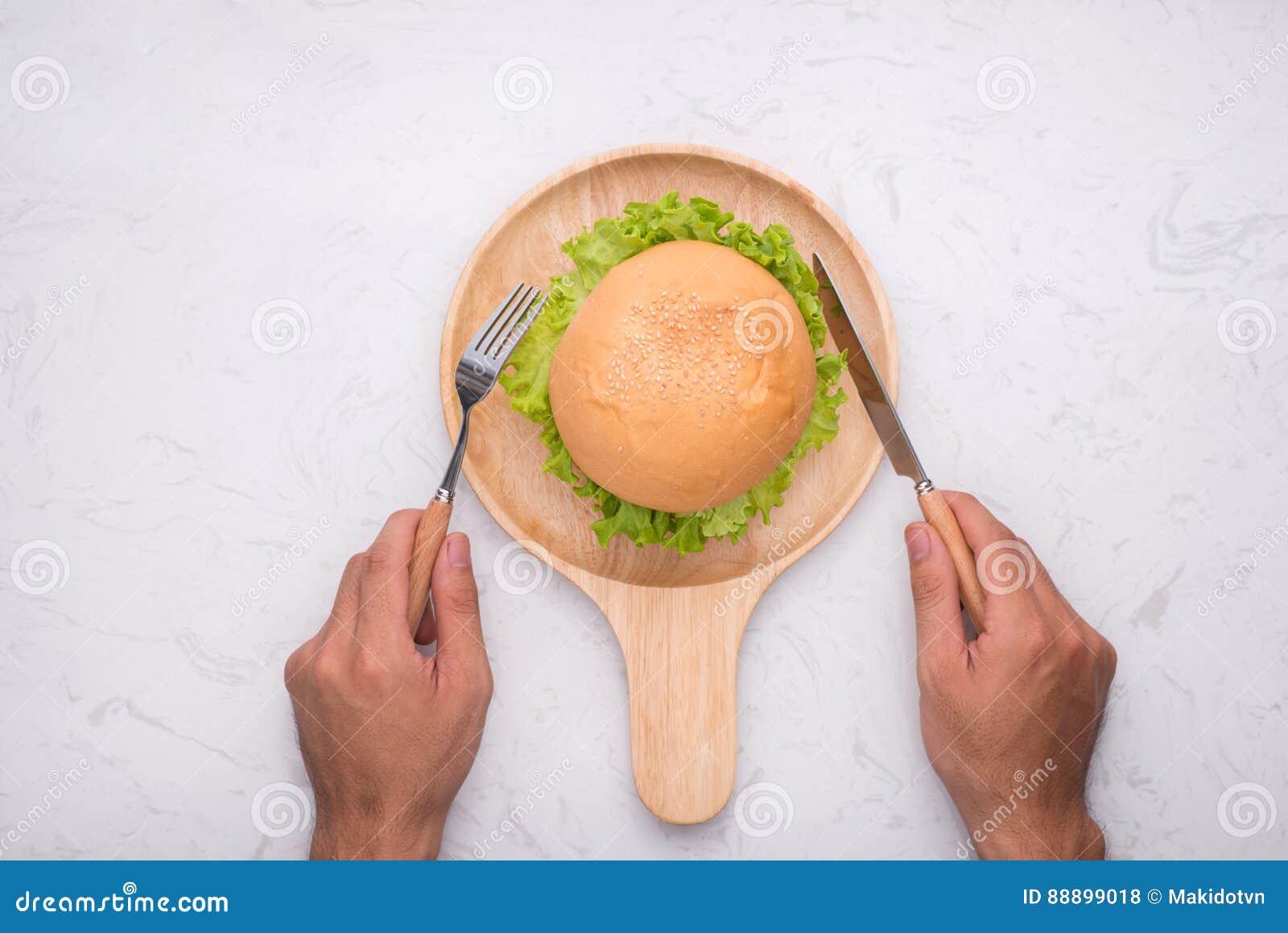 吃在桌上的可口自创汉堡 顶视图,拷贝空间,