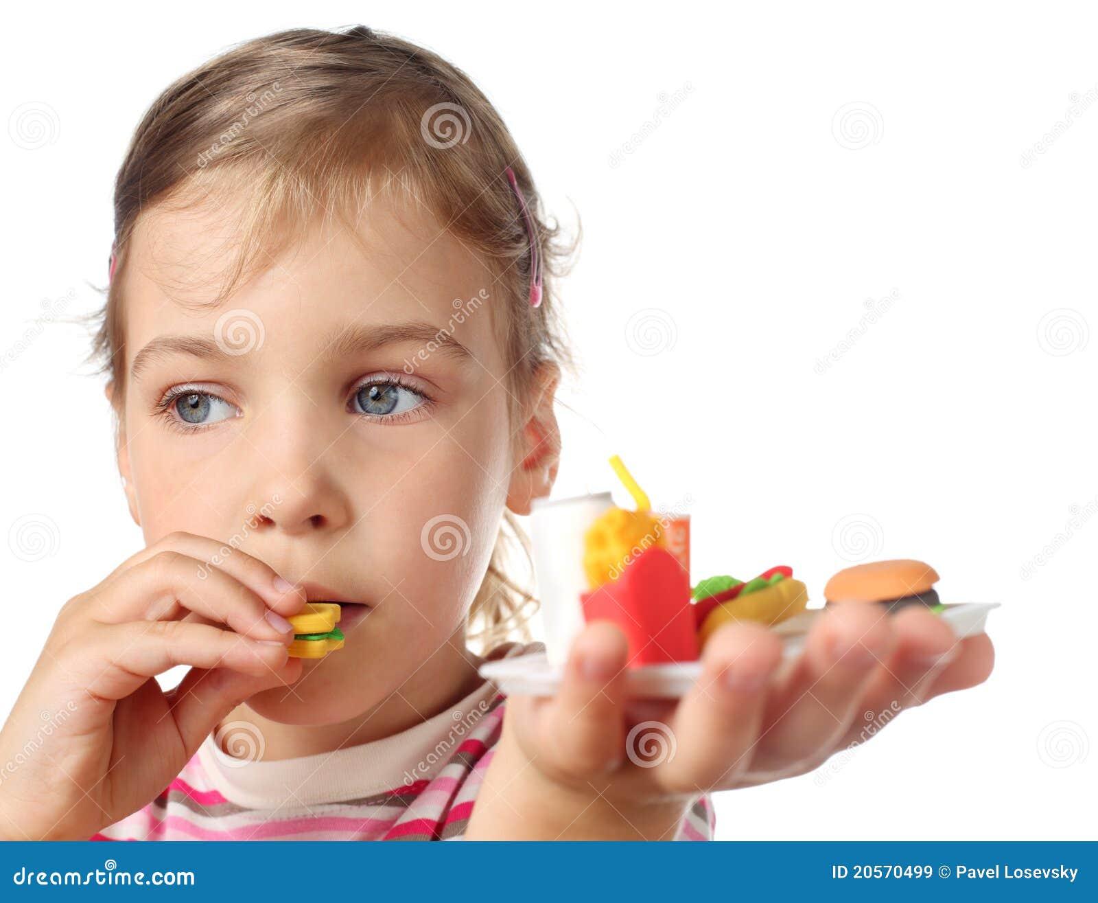 吃女孩的汉堡少许微型玩具