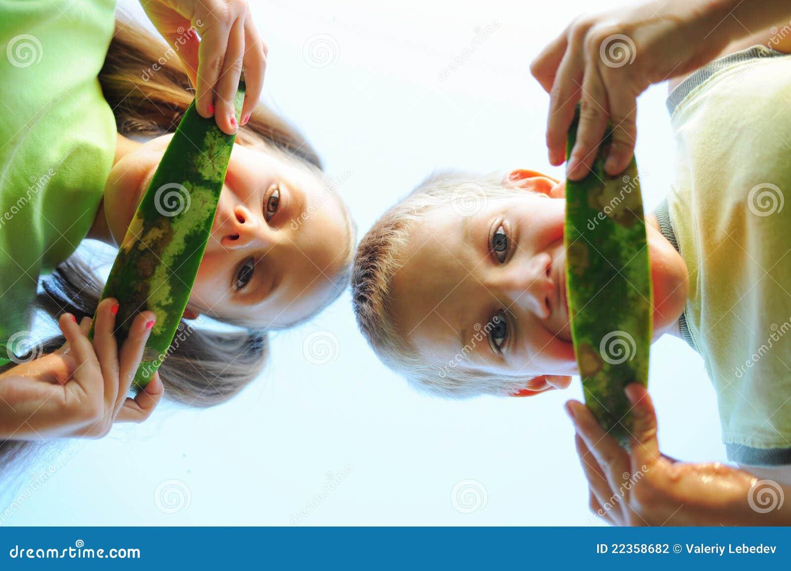 吃女孩西瓜年轻人的男孩