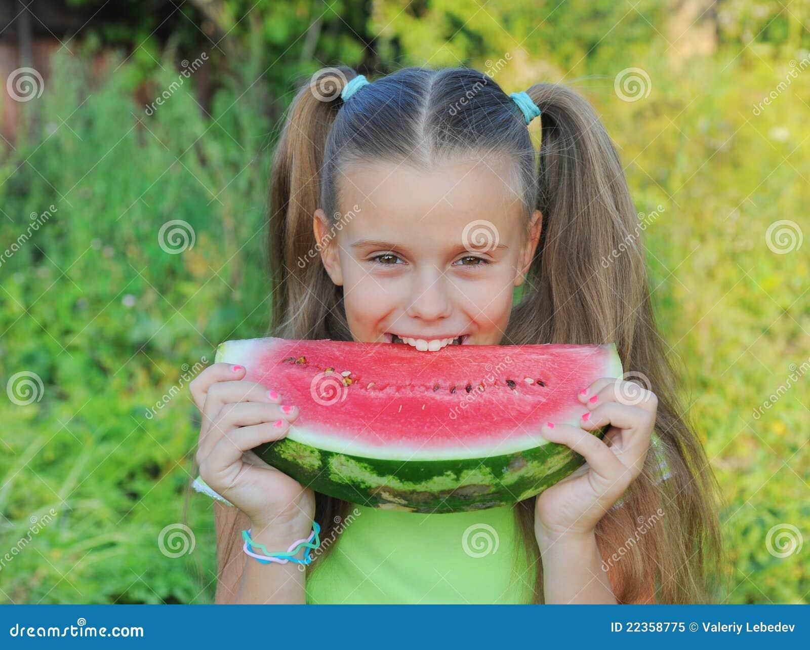 吃女孩西瓜年轻人