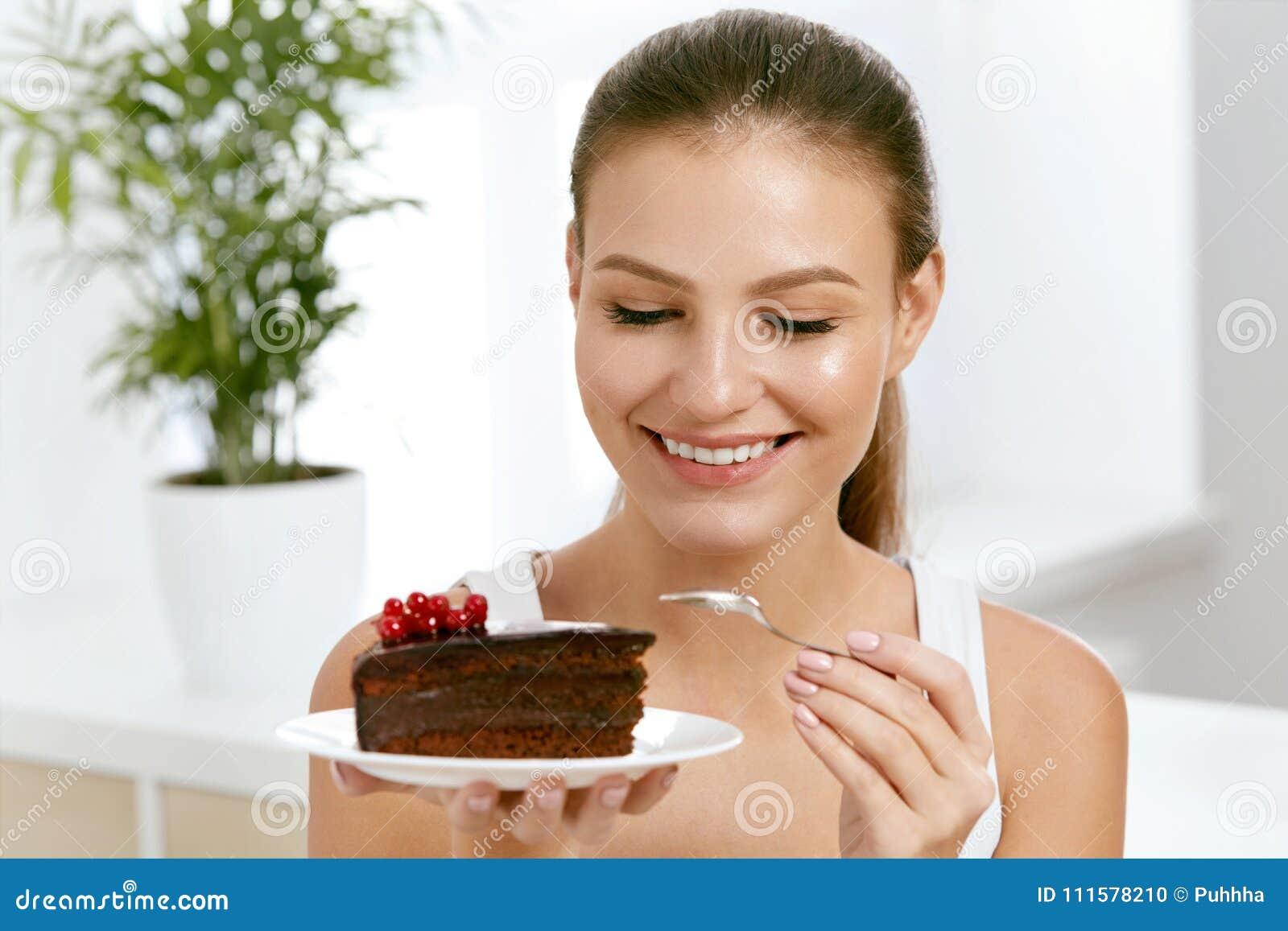 吃妇女的蛋糕 美丽的女性吃点心