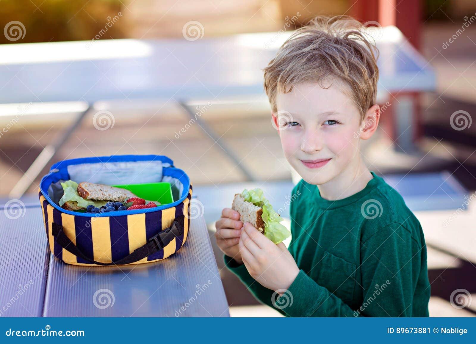 吃学校午餐的孩子