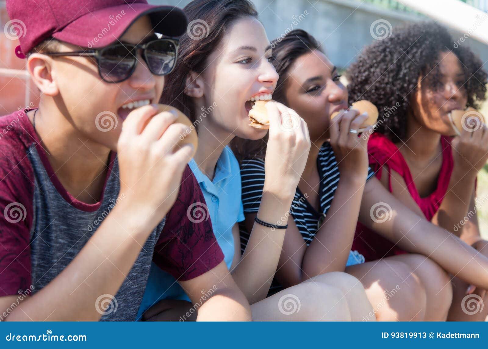 吃快餐的小组年轻成人人民
