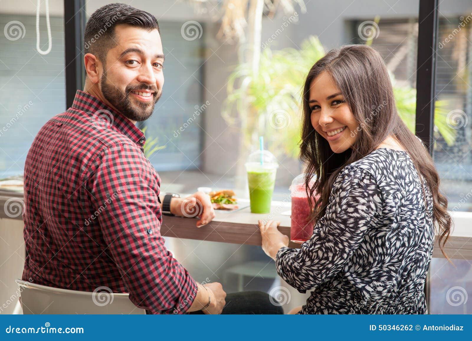 吃愉快的夫妇午餐