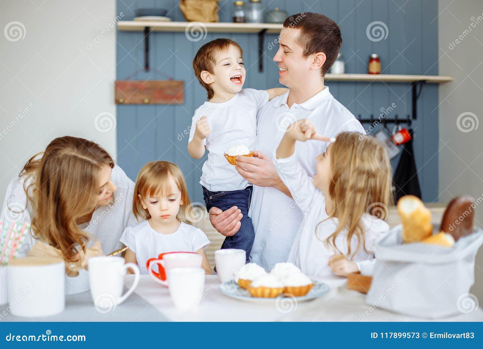 吃早餐的家庭在他们的房子厨房里