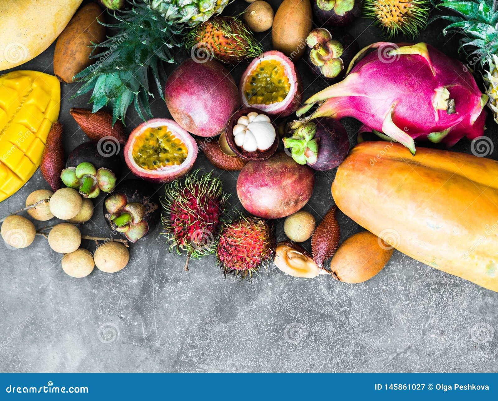 各种各样的新鲜的泰国果子-红毛丹,芒果,山竹果树,龙眼,番木瓜,龙果子,果实,西番莲果,salak,菠萝