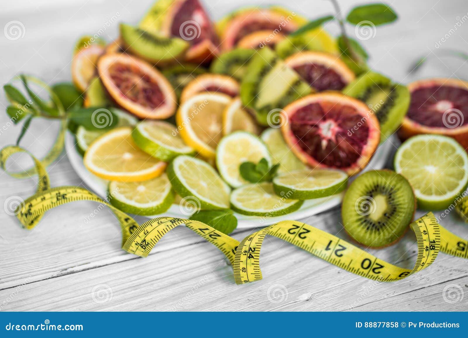 各种各样的果子和测量的磁带