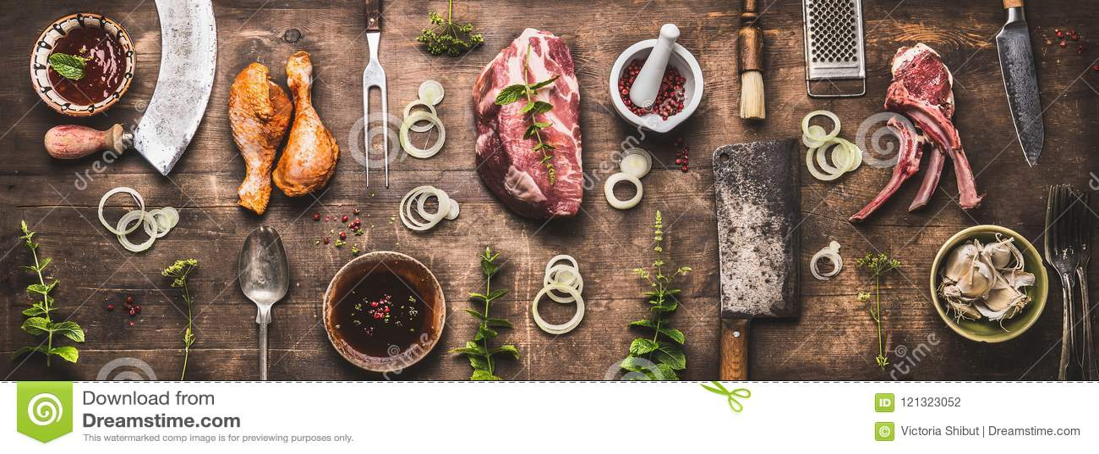 各种各样的格栅和bbq肉平的位置:鸡腿,牛排,与葡萄酒厨具厨房器物的羊羔肋骨