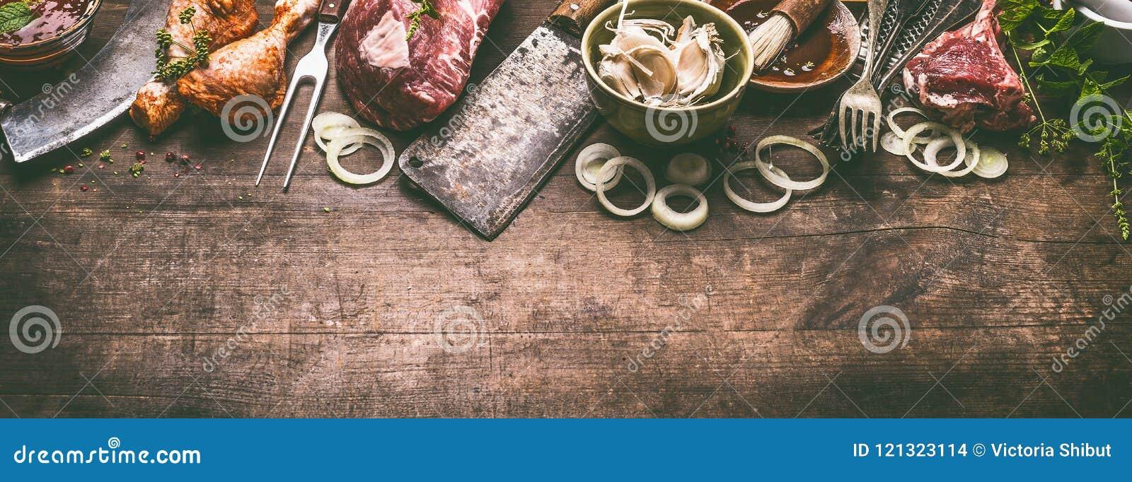 各种各样的格栅和bbq肉:鸡腿,牛排,与葡萄酒厨具厨房器物的羊羔肋骨