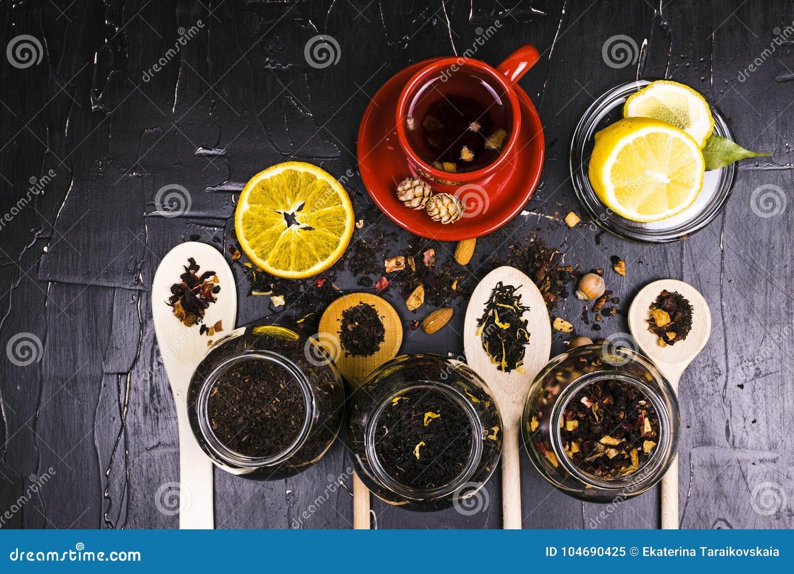 各种各样的茶、香料和果子在黑暗的织地不很细背景