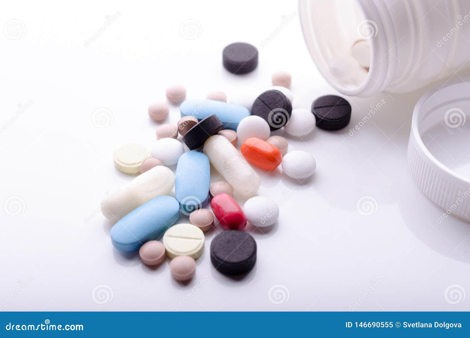 各种各样的药片从药瓶驱散了
