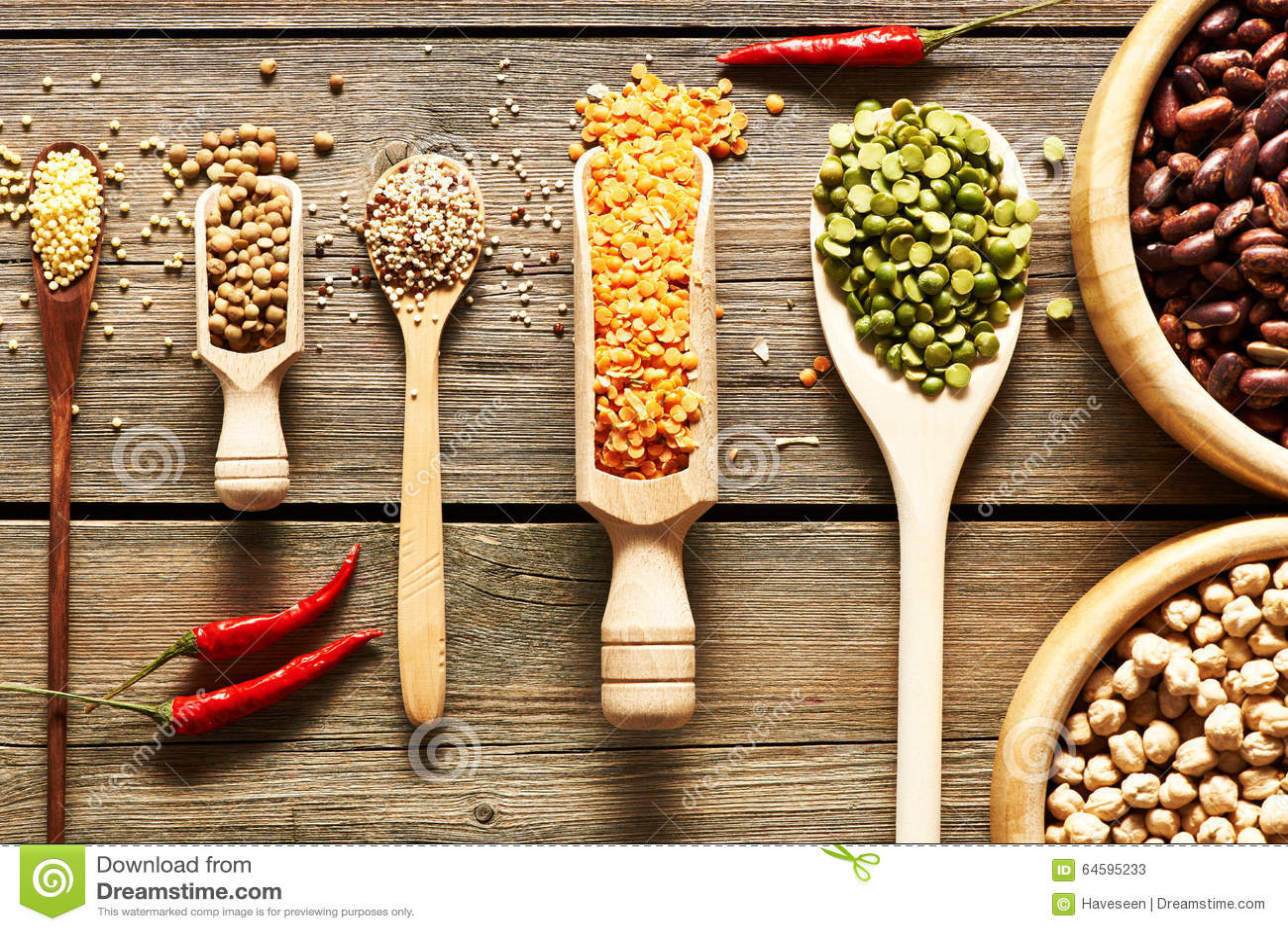 各种各样的豆类碗和匙子