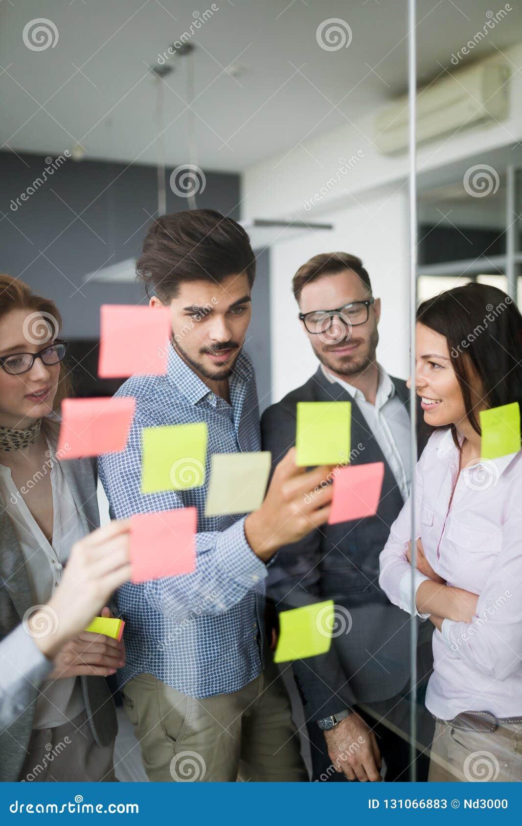 合作和分析由工作在办公室的商人