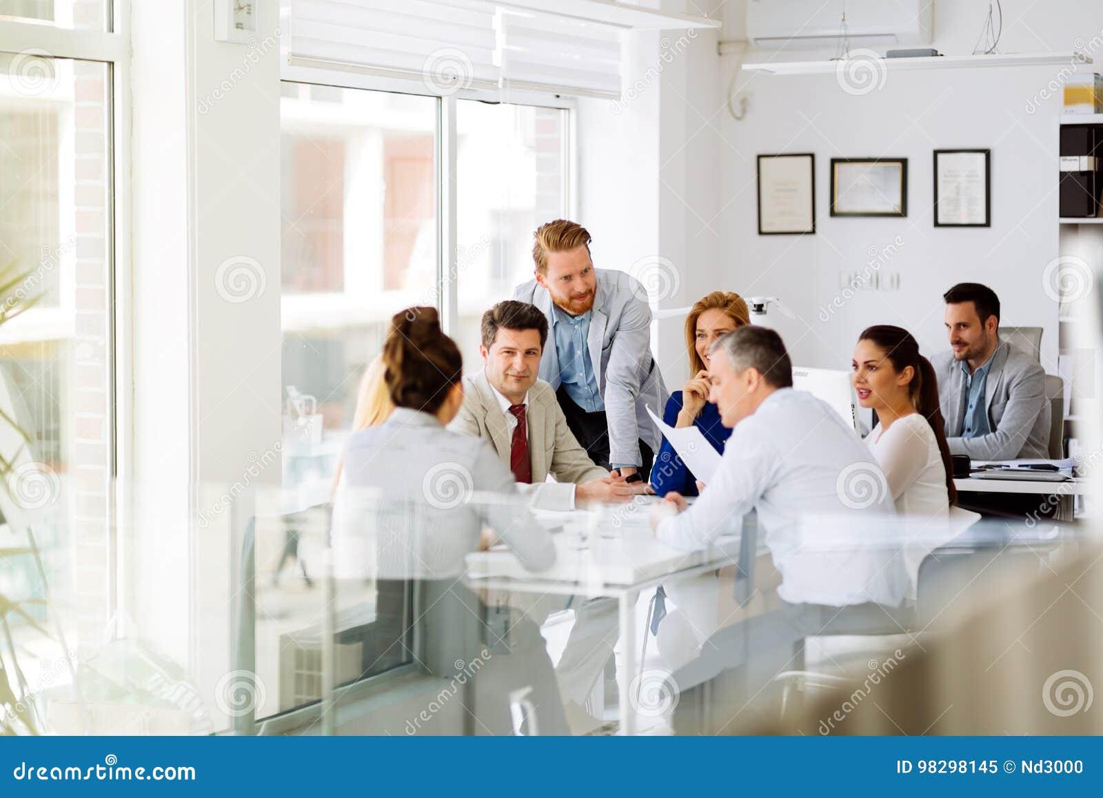 合作在办公室的买卖人