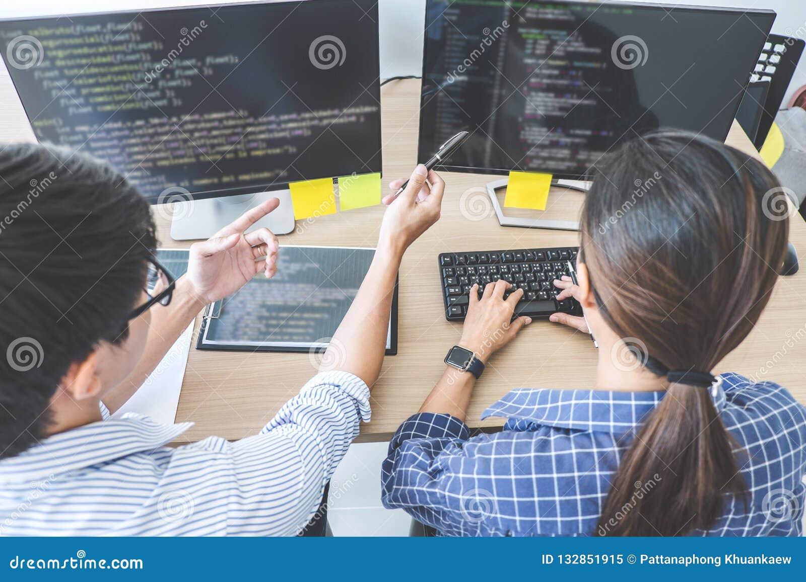 合作在开发的programmi的两个专业程序设计者