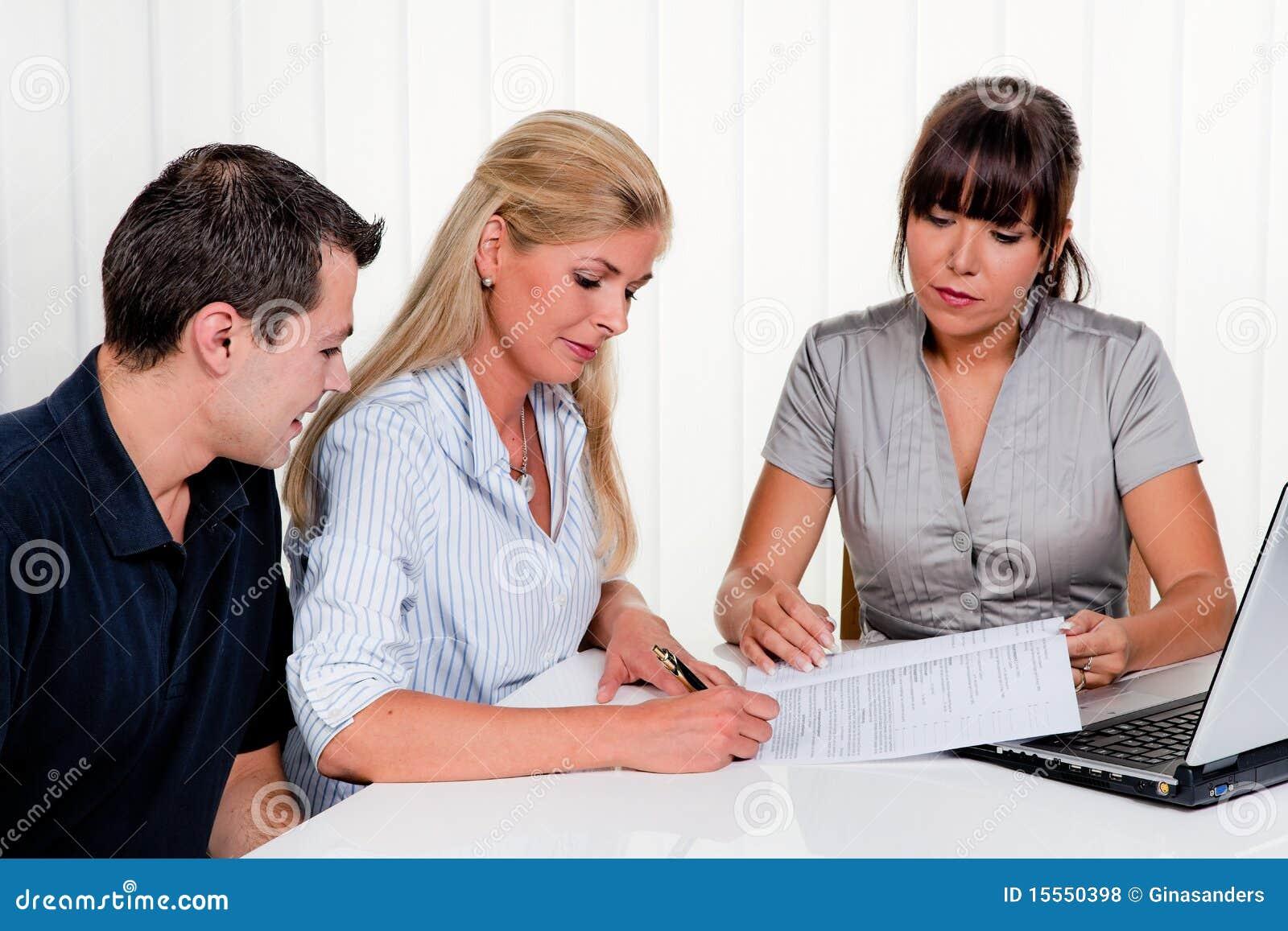 合同办公室签署妇女