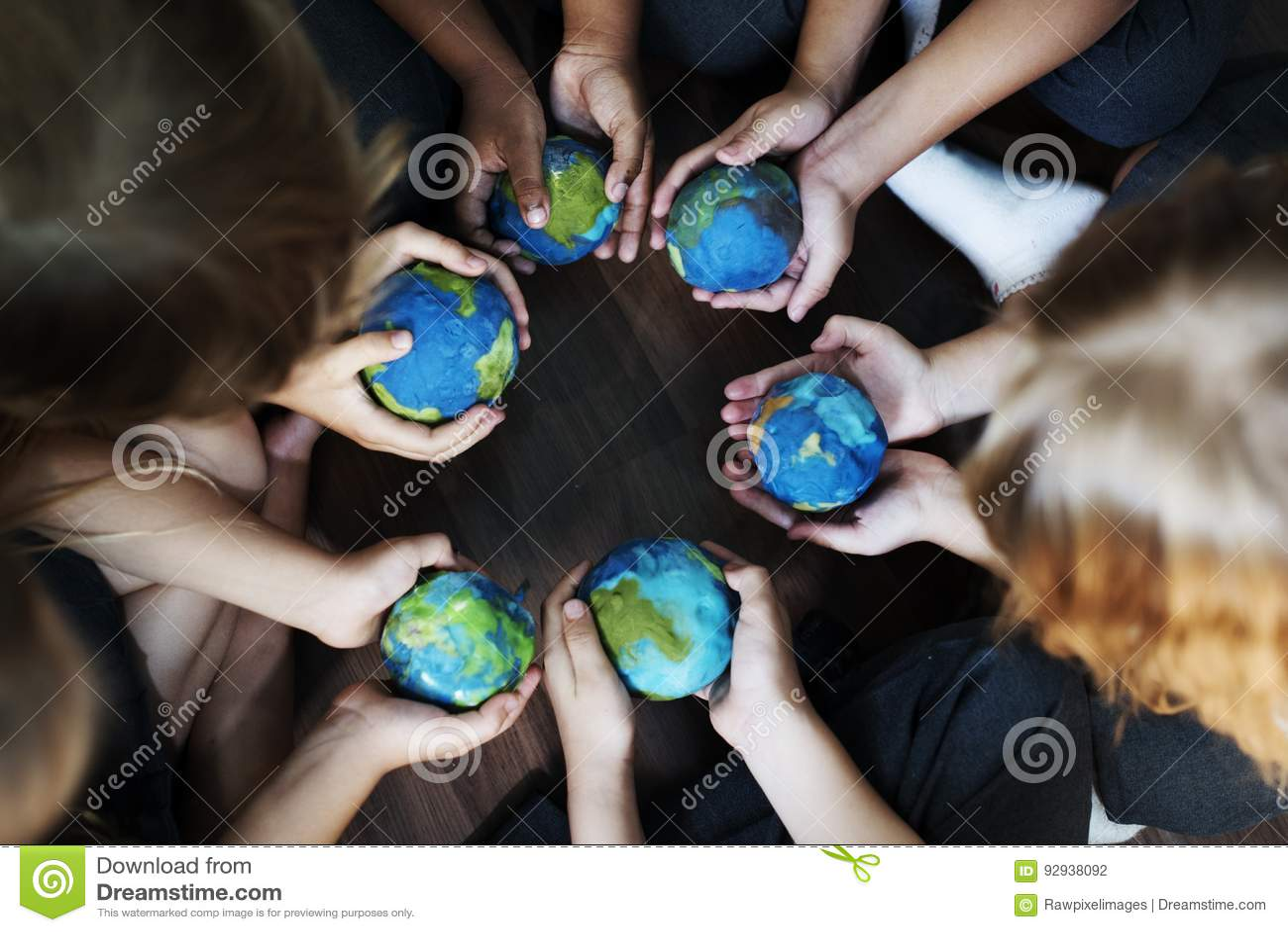 结合在一起使托起的地球球的孩子手