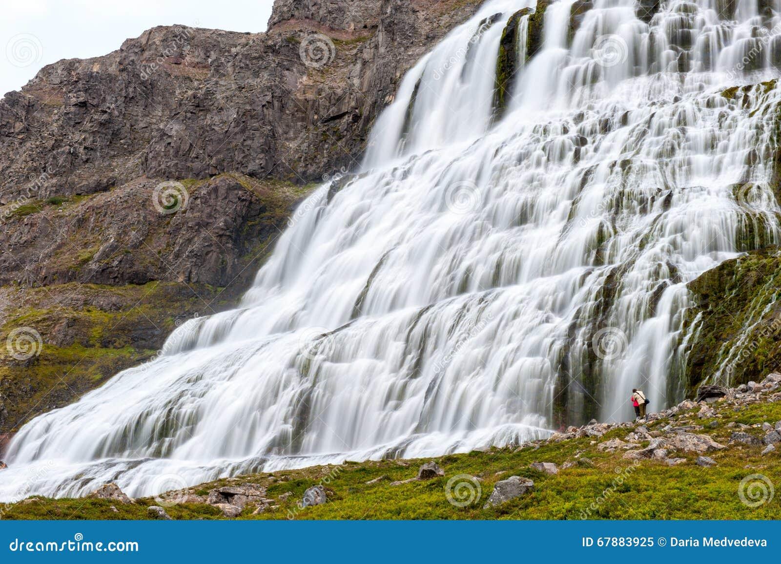 结合身分在庄严小瀑布瀑布Dynjandi,冰岛下
