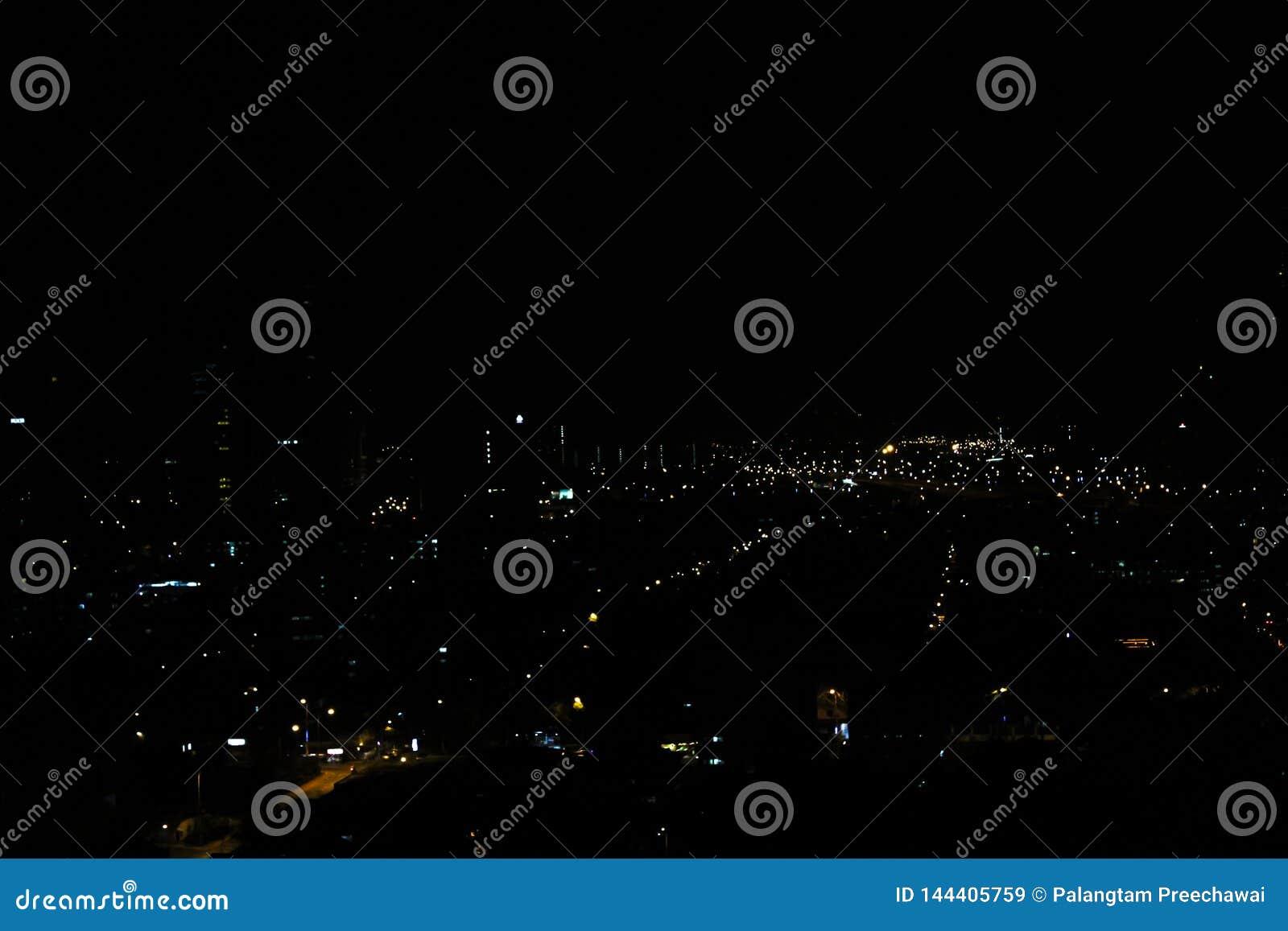 吉隆坡市,马来西亚在那里晚上是从大厦、房子和路的光