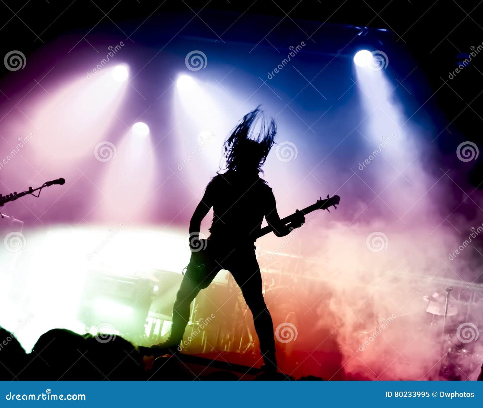 吉他演奏员剪影行动的对阶段